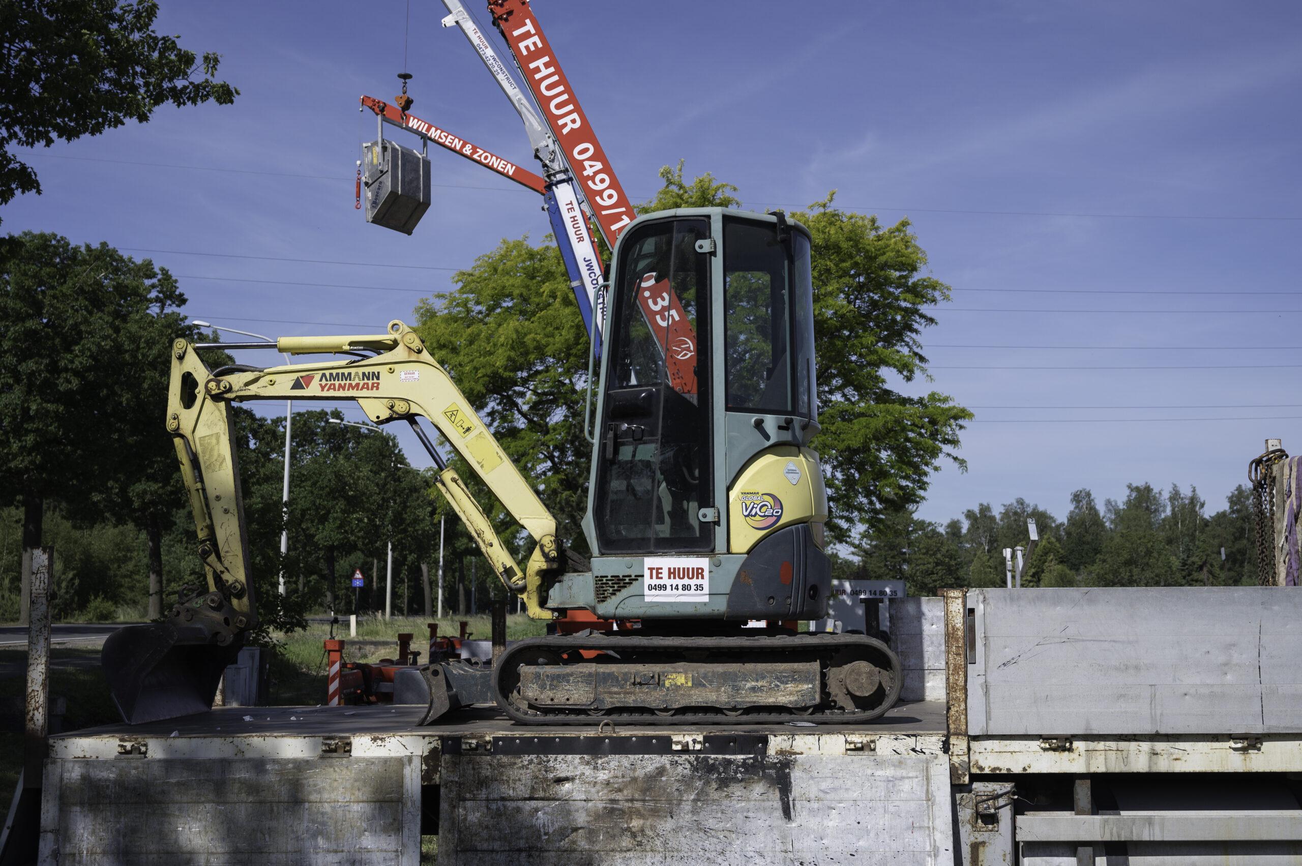 Yanmar Vio 20 zijkant op trailer verhuur kraan Wilmsen en Zonen Vosselaar